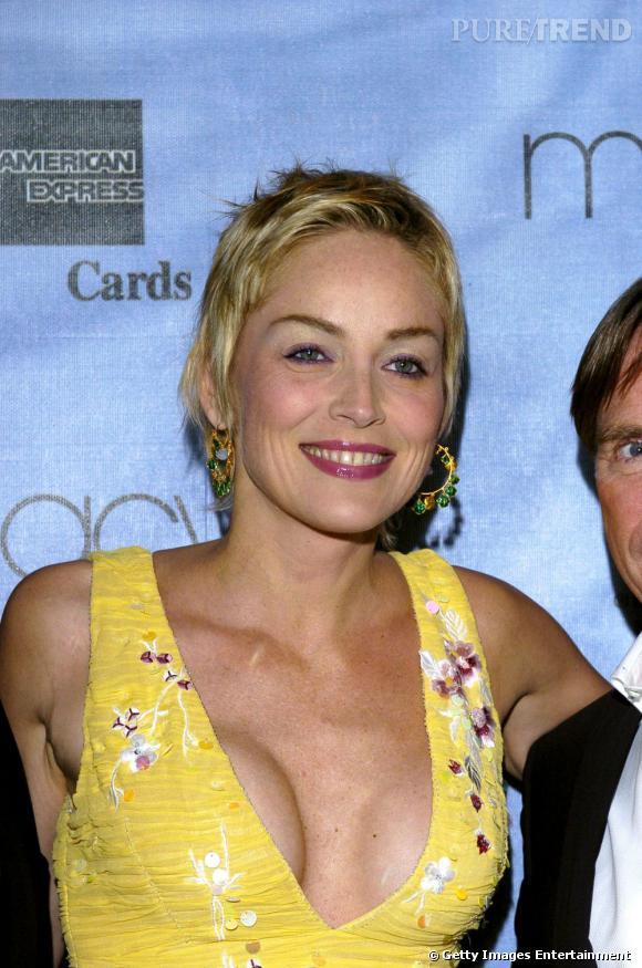 Sharon Stone choisit une robe aux larges bretelles qui font remonter un sein plus haut que l'autre.
