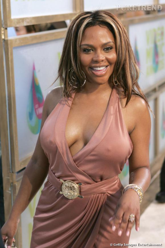 Toujours plus vulgaire, Lil'Kim porte une robe peu flatteuse pour sa poitrine.