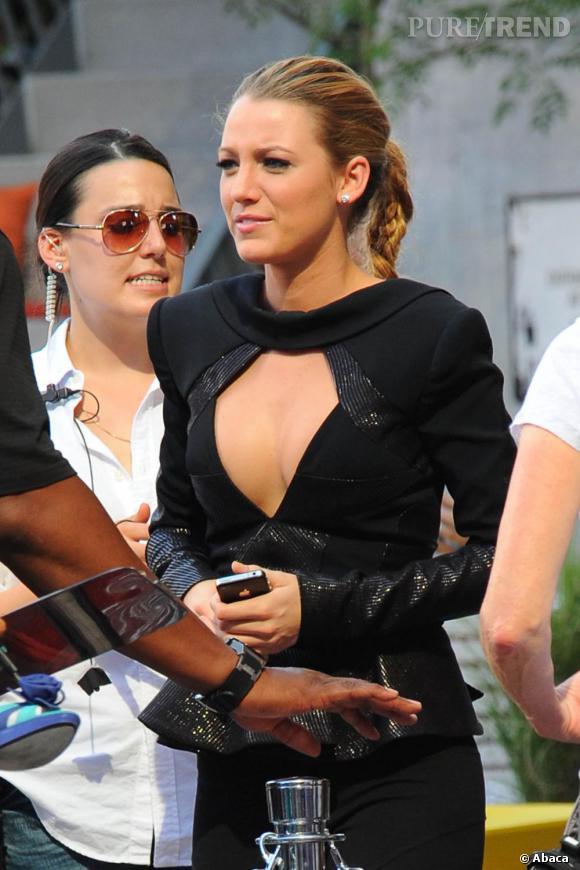 Trop fausse, la poitrine plastique de Blake Lively tient trop facilement et on ne voit même plus de démarcation entre ses seins.