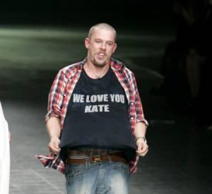 Les créateurs de mode sont-ils tous mal coiffés ? Nom: Alexander McQueen Coiffure : un court rasé, version bad boy.