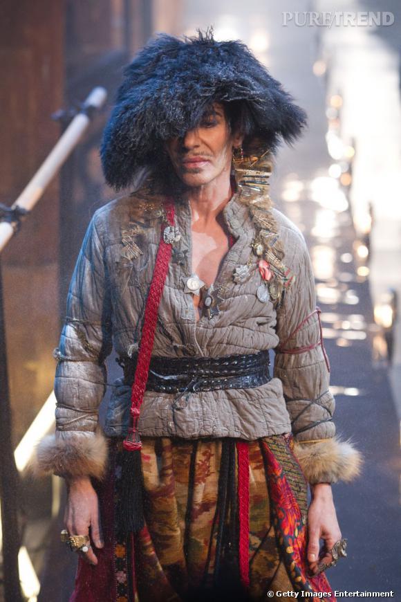 Les créateurs de mode sont-ils tous mal coiffés ?     Nom :  John Galliano      Coiffure  : une perruque XXL, noir de jais.