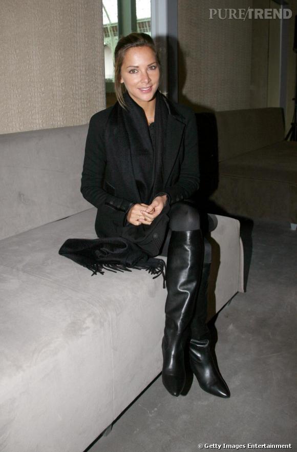 Les bottes en cuir :  ici, une paire de bottes noires. Melissa est fan de l'easy chic.