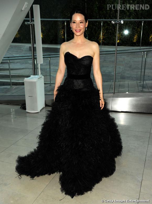 Lucy porte une robe Monique Lhuillier façon autruche.