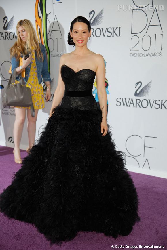 L'actrice se juche sur des escarpins Sergio Rossi pour allonger sa silhouette.