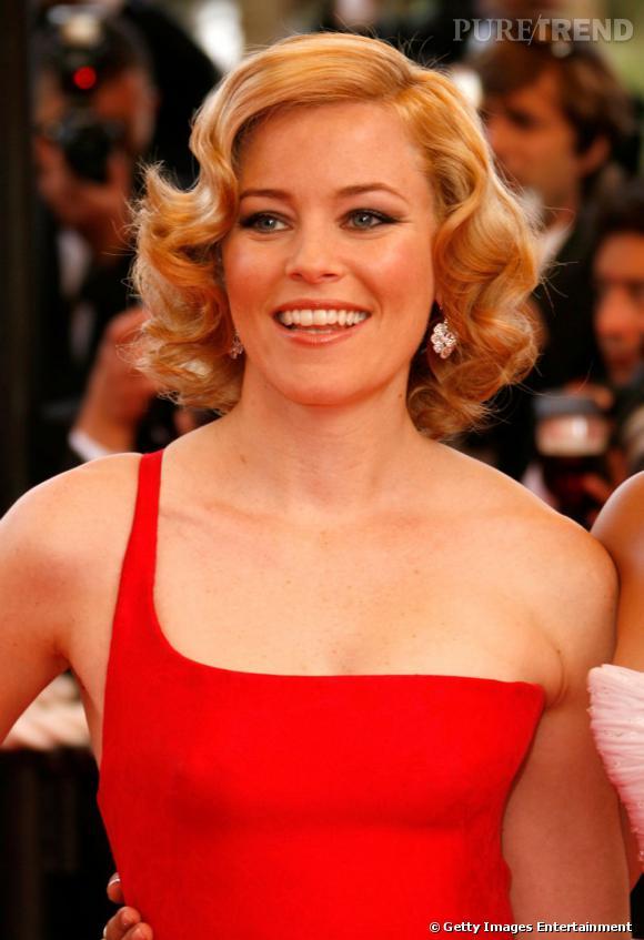 Tendance crantée chez les stars     Un cranté blond vénitien assorti d'une robe rouge pour un look de femme fatale sur le red carpet