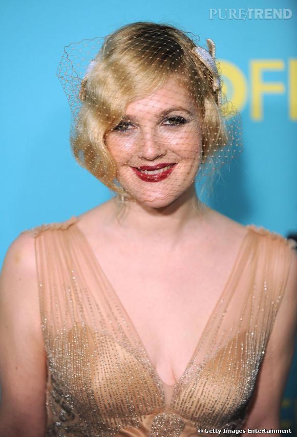 Tendance crantée chez les stars     Filet rétro et léger effet cranté pour Drew Barrymore