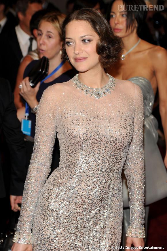 Tendance crantée chez les stars     Glamour et rétro, l'actrice Marion Cotillard mise sur un effet cranté sur ses longueurs.