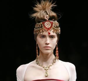 Les bijoux de tête sont spectaculaires.