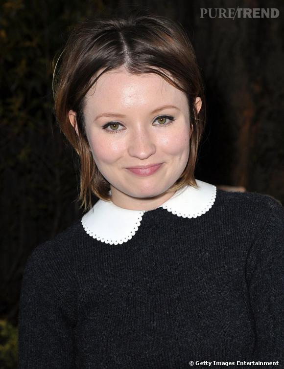 Les cheveux au carré et légèrement maquillée, l'actrice australienne est totalement crédible dans son rôle de preppy woman.
