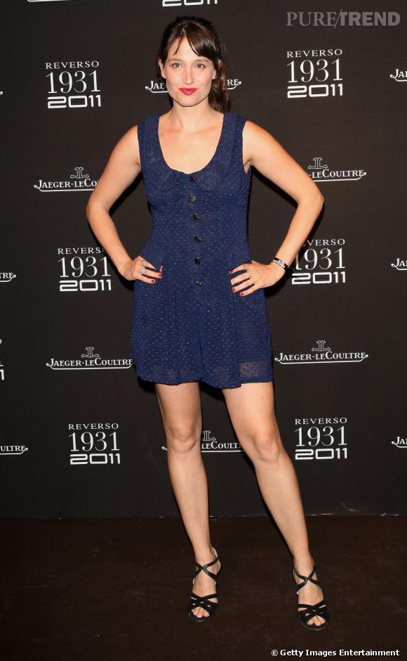 Marie porte une petite robe en mousseline bleu nuit, résolument tendance.