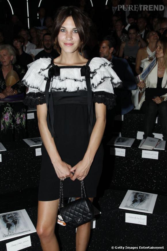 Alexa Chung, toujours fidèle au défilé Chanel.