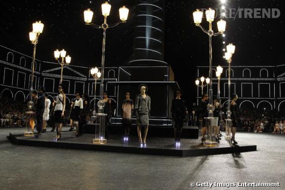 Les lampadaires illuminent les pas des mannequins, qui défilent autours de la colonne Vendôme.