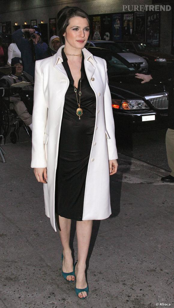 Cette tenue ne rend pas justice à sa plastique. Elargie et vieillie, Rachel Weisz déçoit.