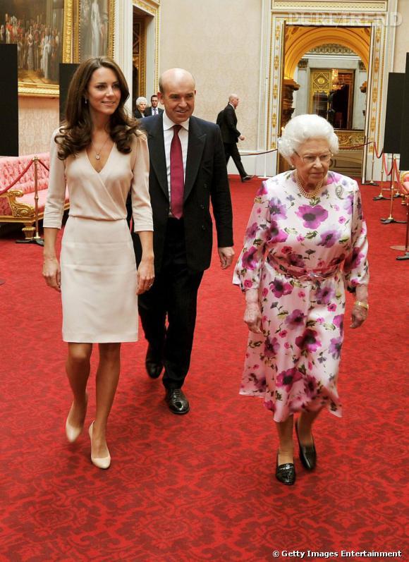 Kate Middleton, chic et sexy en Joseph, accompagne la reine Elizabeth II dans les allées de l'exposition estivale de Buckingham Palace.