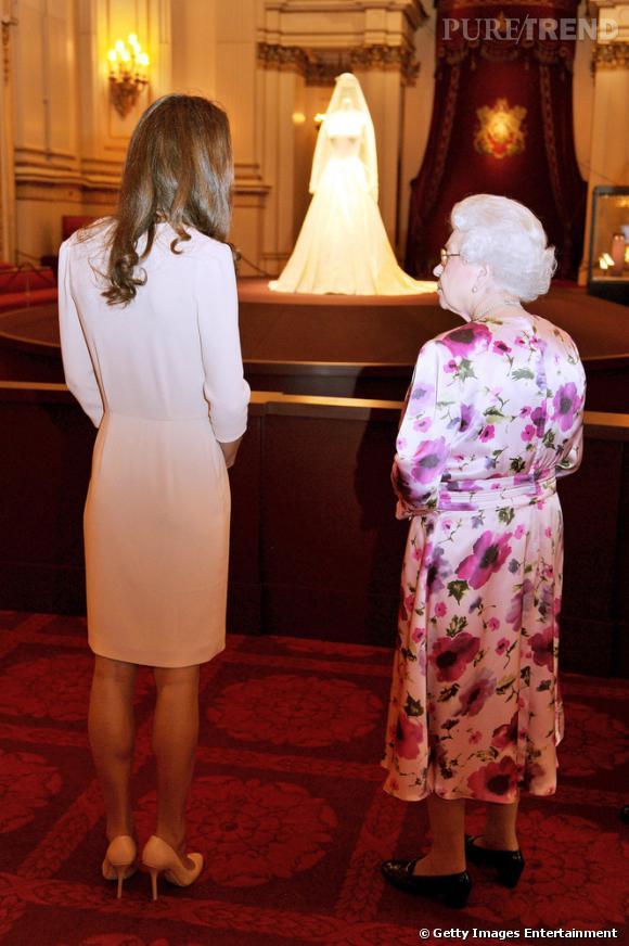 La reine d'Angleterre et Kate Middleton visitent l'exposition à Buckingham.