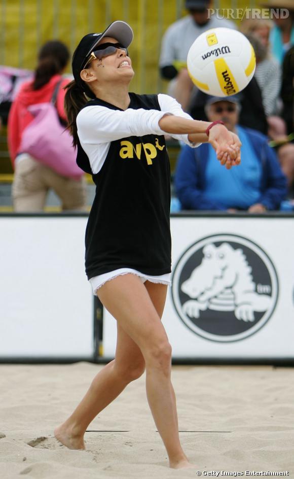 Eva Longoria affiche des jambes bien galbées lors d'un match de volley.