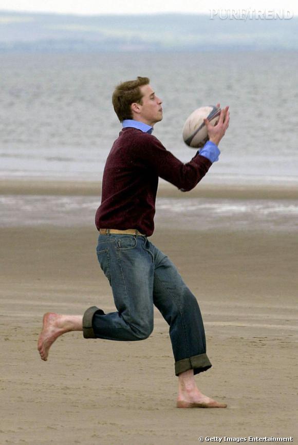 Le prince William joue au rugby. En pull oui, il fait souvent froid en Angleterre.