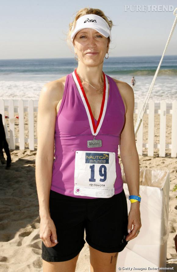 Felicity Huffman aime la course. Et privilégie le décolleté pour mieux bronzer. Attention aux marques.