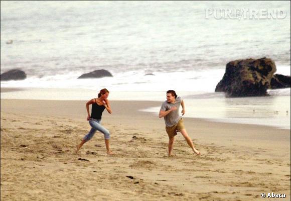 Ca court, ça court sur la plage. Il s'agit de l'ex couple Gisèle Bundchen et Leonardo DiCaprio.