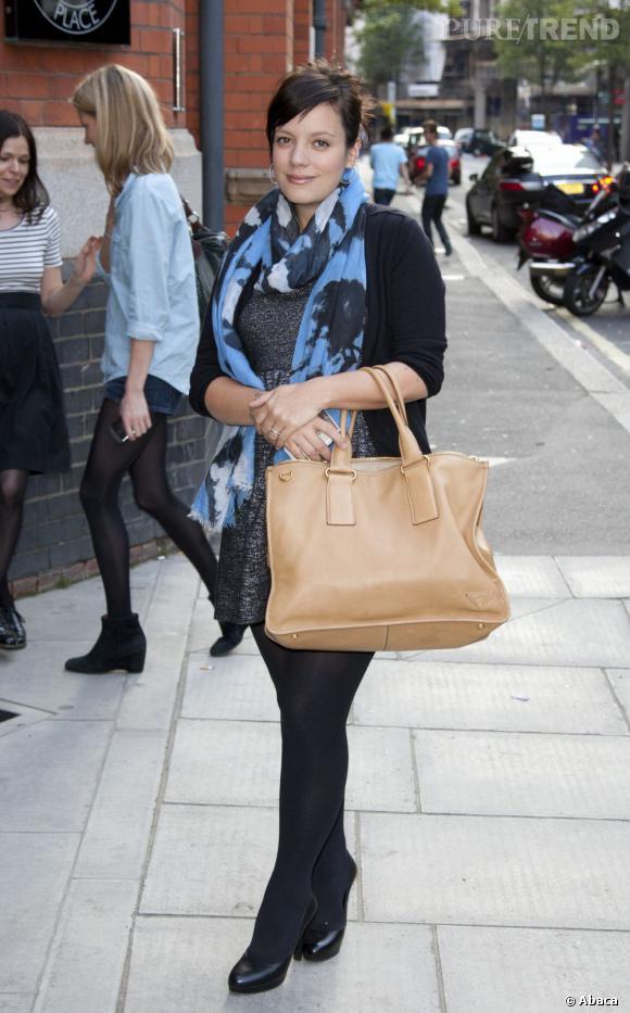 Lily Allen affine ses jambes avec des collants opaques.