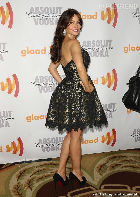 La belle colombienne porte une robe Romona Keveza printemps-été 2010 qui valorise ses courbes, le tout juché sur ses chaussures favorites : des Louboutin.