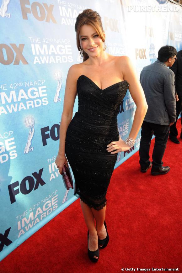 L'actrice est craquante dans cette robe noire décolletée.