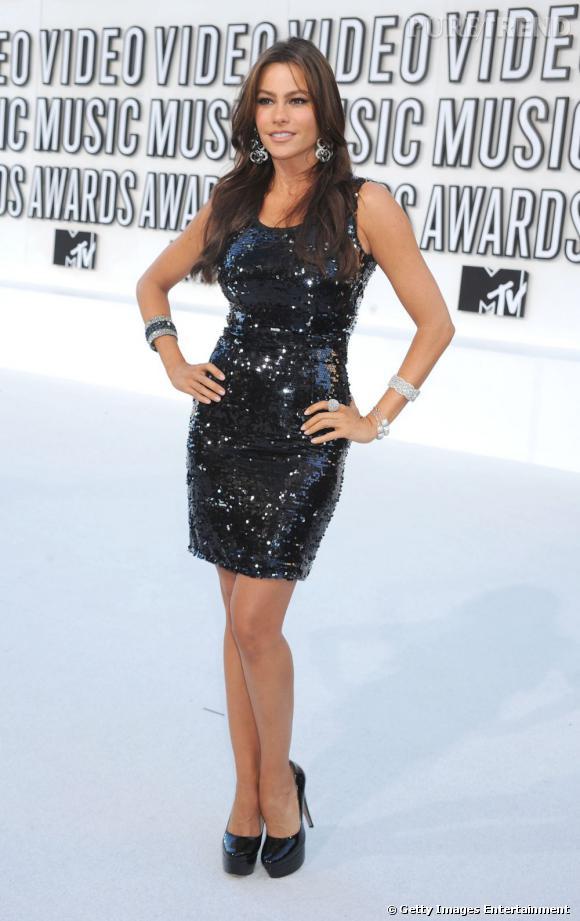 Un look brillant et très sequins pour les MTV Music Awards. Sofia porte une robe Dolce & Gabbana de la collection automne-hiver 2010/2011 et peaufine le tout avec des escarpins Casadei.