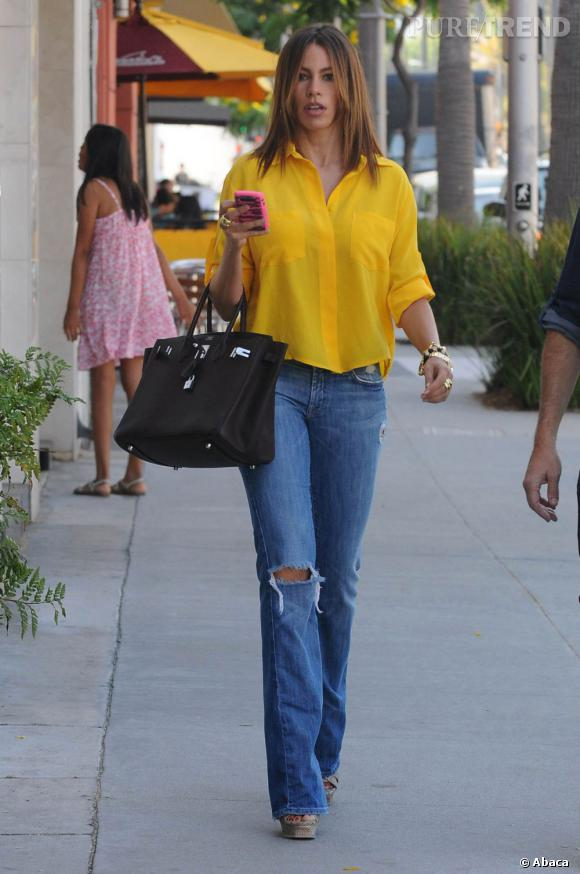 Lors de sa dernière apparition dans la rue, elle a joué les Brigitte Bardot, chemise entrouverte et pantalon flare.