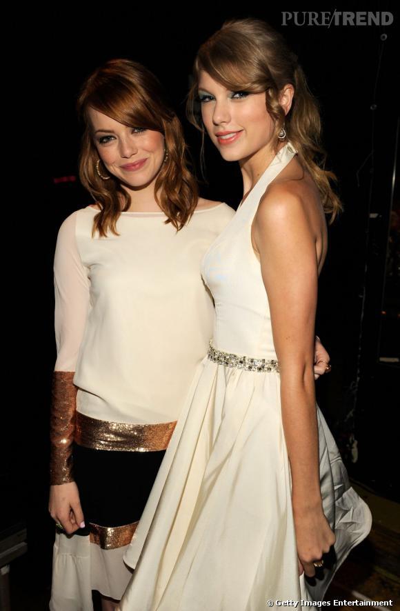 Dans les coulisses, Emma Stone et Taylor Swift prennent la pose.