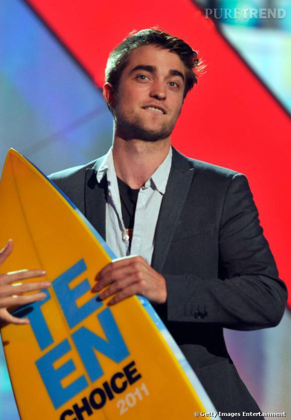 Robert Pattison, en costume Dolce & Gabbana, a reçu le prix de Meilleur acteur dans un film dramatique avec Water for Elephants, ainsi que le prix du meilleur vampire.