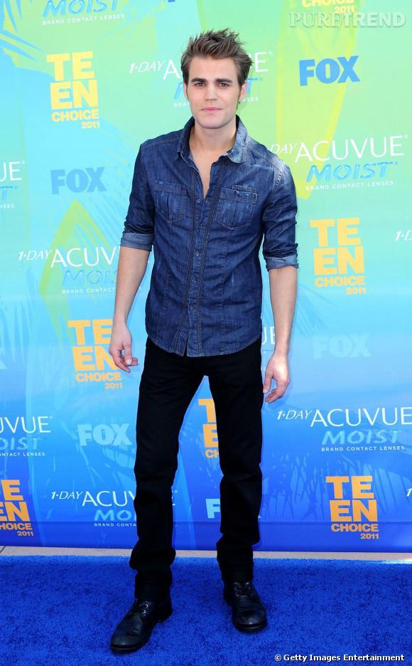 Paul Wesley, qui s'est vu voler le prix du meilleur acteur télé de science fiction/fantasy par son partenaire Ian Somerhalder de Vampire Diaries, reste bon joueur et prend la pose.