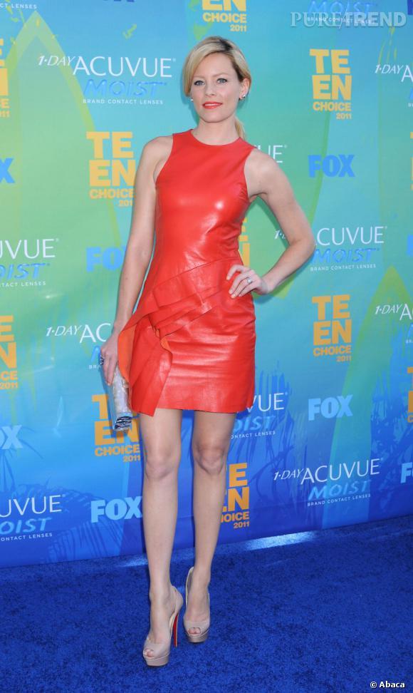 Elizabeth Banks réchauffe l'atmosphère avec une robe J.Mendel rouge piochée parmi la collection croisière 2012.