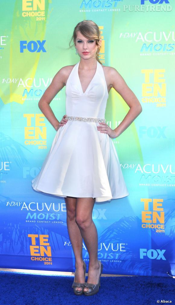 Véritable princesse de la soirée, Taylor Swift a raflé pas moins de 5 prix dont le Ultimate Choice Awards. Elle se la joue Marilyn avec une robe blanche Rafael Cennamo Printemps/Eté 2011 prête à se soulever.