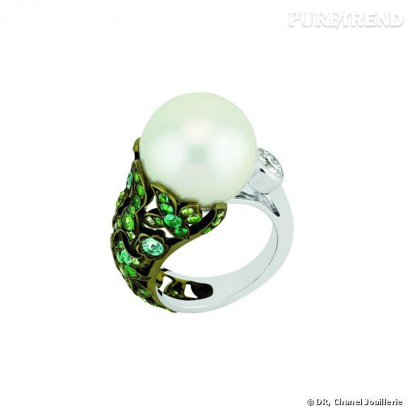 """Bague """" Jardin d'Hiver """"  en or blanc, serti d'un diamant taille rond, 5 diamants taille princesse, 27 émeraudes taille brillant, 38 tsavorites taille brillant, 4 tourmalines Paraïba taille brillant et une perle blanche de culture."""
