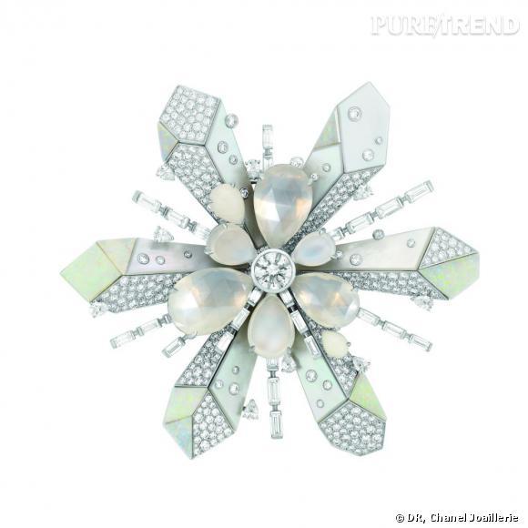 """Broche """"Etoile du Nord""""  en or blanc, serti d'un diamant central taille rond, 9 diamants taille poire, 17 diamants taille baguette, 399 diamants taille brillant, 6 pierres de lune taille poire, 10 opales blanches et 7 nacres."""