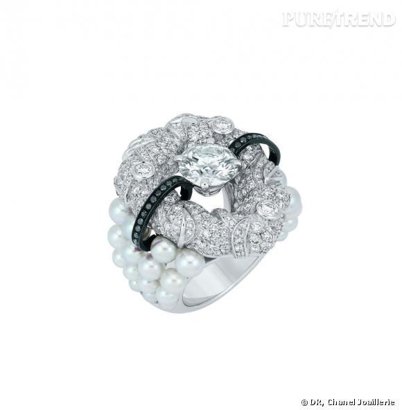 """Bague """" Nuage de Glace """"  en or blanc, serti d'un diamant central, 281 diamants blancs taille brillant, 28 diamants noirs taille brillant et 32 perles blanches de culture."""