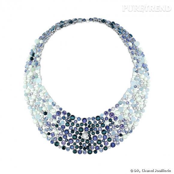 """Collier """" Perle de Rosée """"  en or blanc, serti d'un diamant central taille rond, de diamants blancs, spinelles noirs et gris, pierres de lune et perles."""
