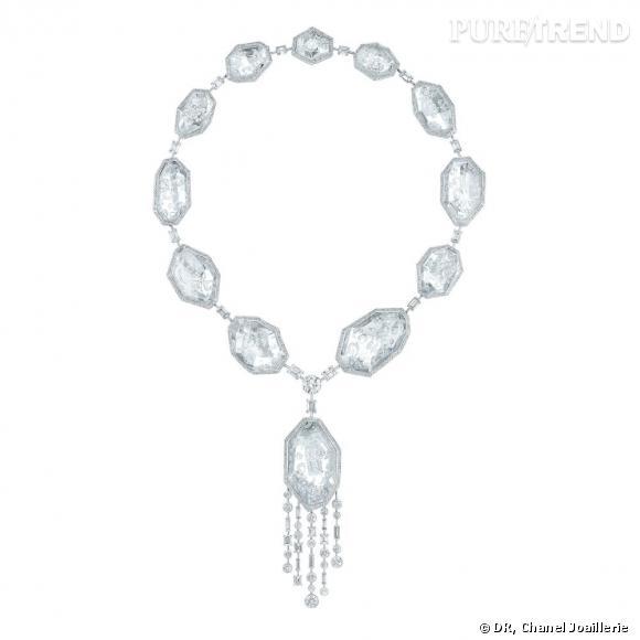 """Collier """" Pluie de Cristal """"  en or blanc 18 carats, serti de 2 diamants taille rond, 25 diamants taille émeraude, 1716 diamants taille brillant et cristaux de roche."""
