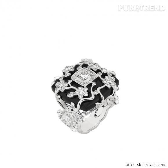 """Bague """" Ombre de Charme """"  en or blanc, serti d'un diamant taille coussin, 208 diamants taille brillant et une onyx taille coussin."""