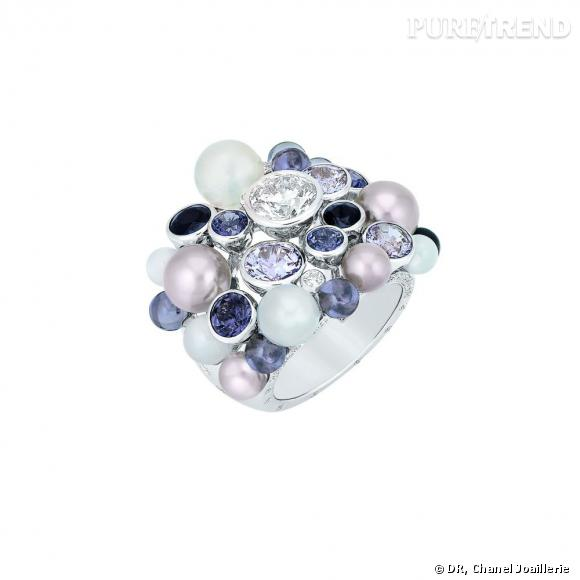 """Bague """" Perle de Rosée """"  en or blanc, serti d'un diamant central taille rond, de diamants blancs, spinelles noirs et gris, pierres de lune et perles."""