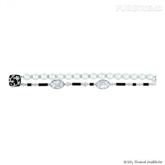 """Bracelet """" Ombre de Charme """"  en or blanc, serti de 2 diamants taille rond, 283 diamants taille brillant, 2 cristaux de roche, 18 perles blanches de culture, 1 onyx taille coussin et 7 tubes d'onyx."""