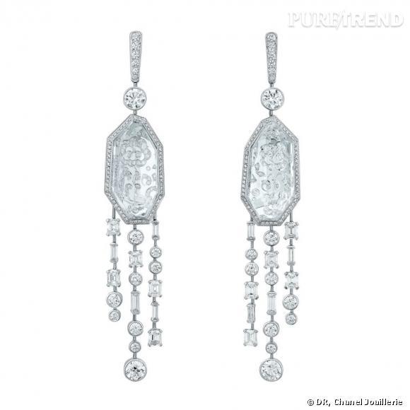 """Motifs d'oreilles """" Pluie de Cristal """"  en or blanc, serti de 10 diamants taille fantaisie, 18 diamants taille émeraude, 302 diamants taille brillant et cristaux de roche."""