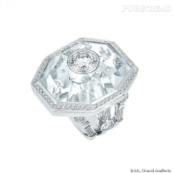 """Bague """" Pluie de Cristal """"  en or blanc, serti d'un diamant central, 6 diamants taille émeraude, 140 diamants taille brillant et cristal de roche."""