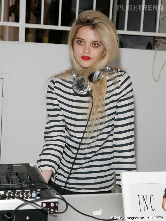 Chanteuse, actrice et mannequin, la jeune femme est également DJ.