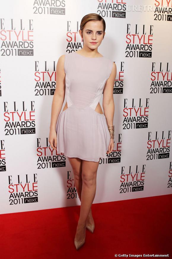Minimaliste, la robe Hakaan d'Emma Watson dévoile les hanches de la jeune femme avec brio.