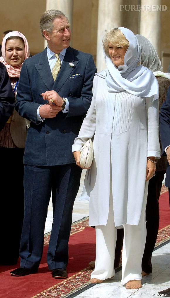 Camilla Parker prend l'air, pieds nus sur le sol. La femme du Prince Charles tenterait-elle de renouer avec les liens de la Terre ?