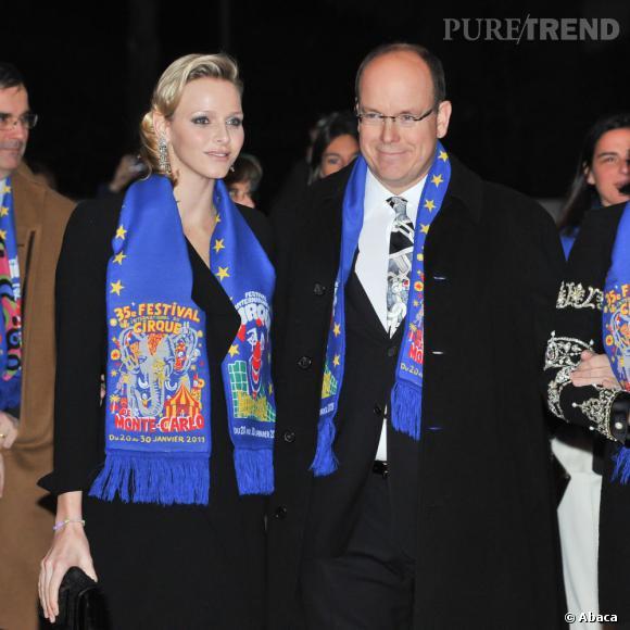 Petite écharpe bleue au cou, le couple princier de Monaco supporte de tout coeur le cirque de Monte-Carlo. Mais de là à faire le clown, faut pas abuser.