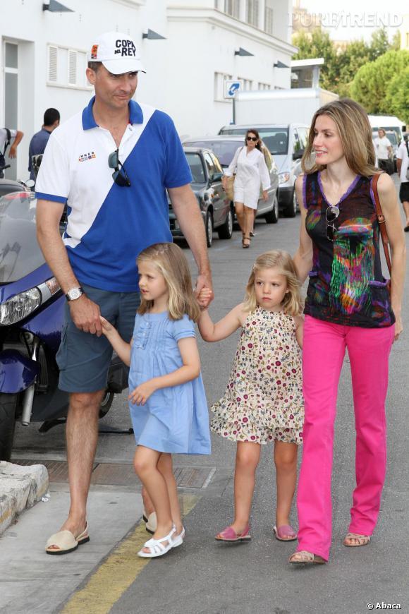 À les voir aussi peu apprêtés, on pourrait prendre le Prince Felipe et Letizia Ortiz pour une famille de touristes. Il faut dire que les espadrilles et la casquette de monsieur y sont pour beaucoup...
