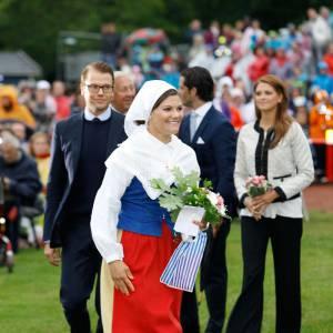 En costume traditionnel, Victoria de Suède perd de son aura fashion mais gagne une sacré côte de popularité auprès des Suédois. Son mari le Prince Daniel, lui, reste perplexe.