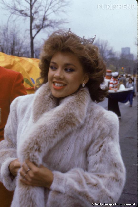 Vanessa Williams , couronnée du titre de  Miss America  en 1984, va à la rencontre des Américains dans un manteau de fourrure blanc, sa tiare sur la tête.